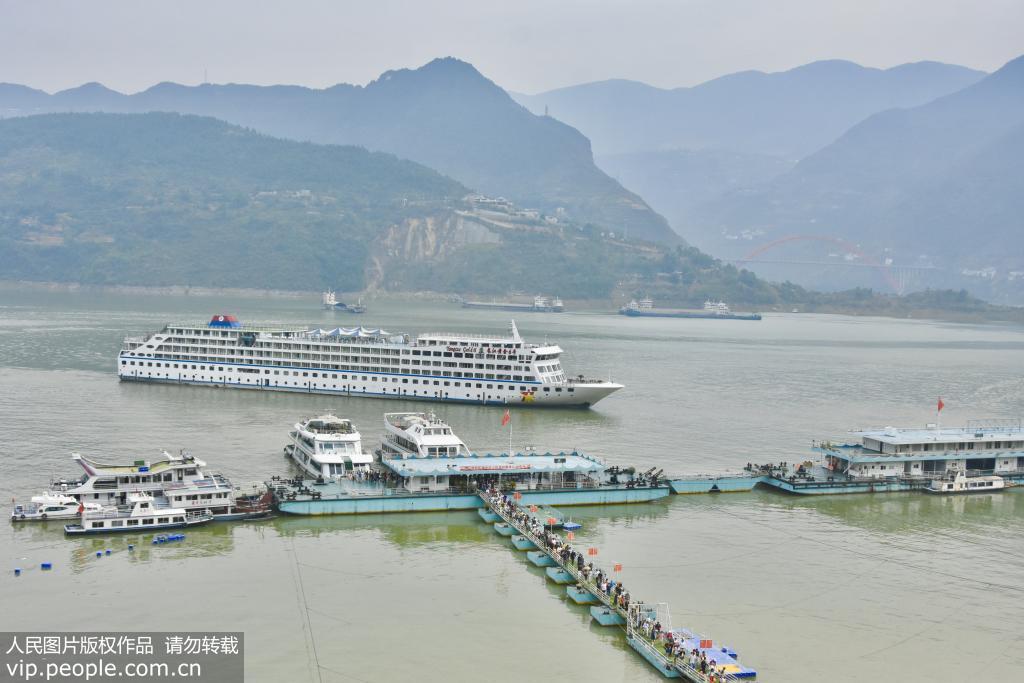 长江三峡库区上游水位达到164.66米 又现高峡平湖美景