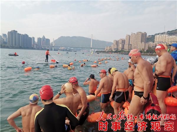 畅游乌江迎新年暨重庆市泳协30周年庆在涪陵举行